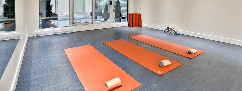 Intérieur de salle de yoga présentant plusieurs types de fenêtres