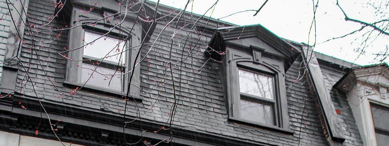 Façade de maison présentant des fenêtres à guillautine