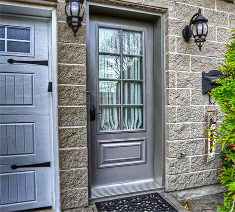 Photo d'une porte extérieure vitrée