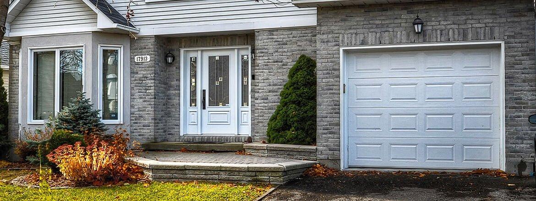 Façade d'une maison présentant plusieurs types de fenêtres