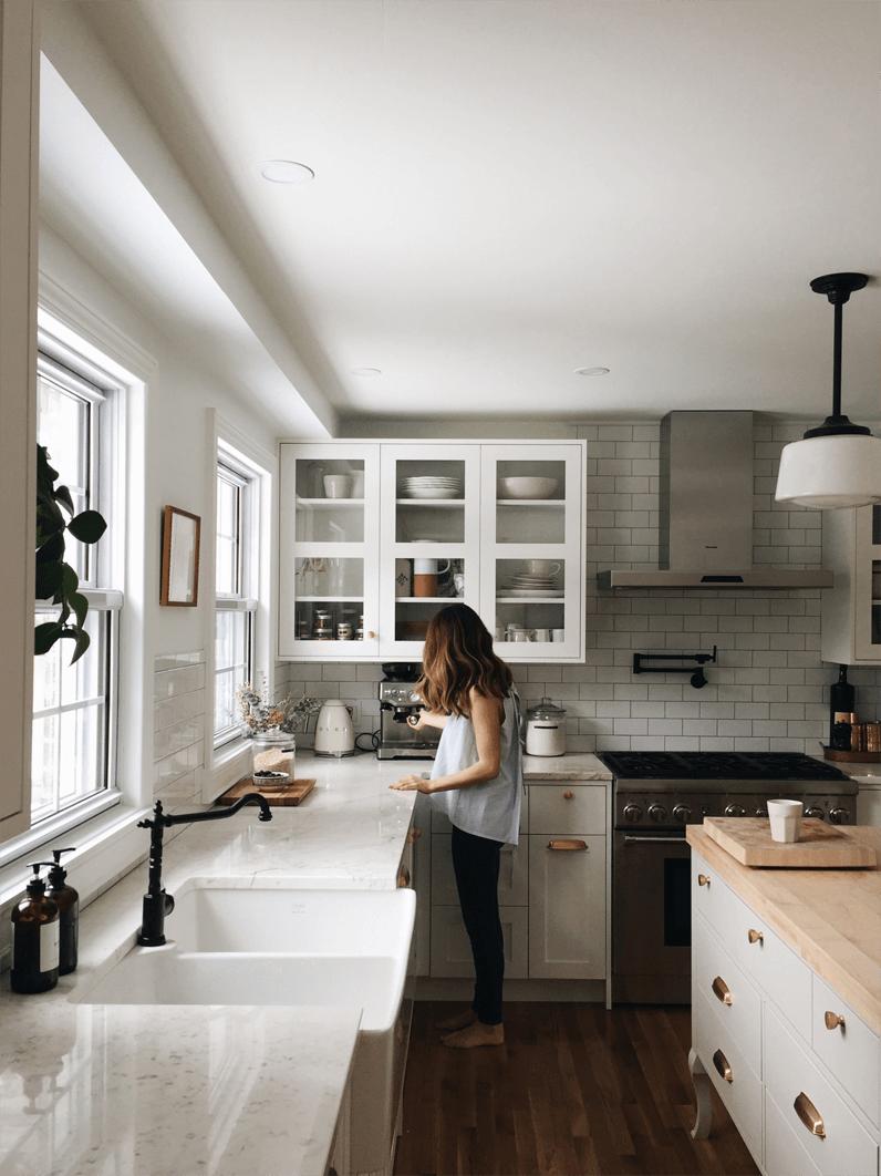Intérieur de cuisine présentant des fenêtres à guillautine