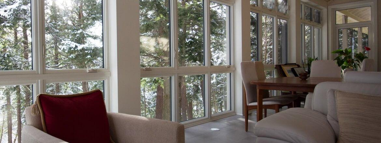 Photo d'intérieur de maison présentant une belle fenestration à auvent