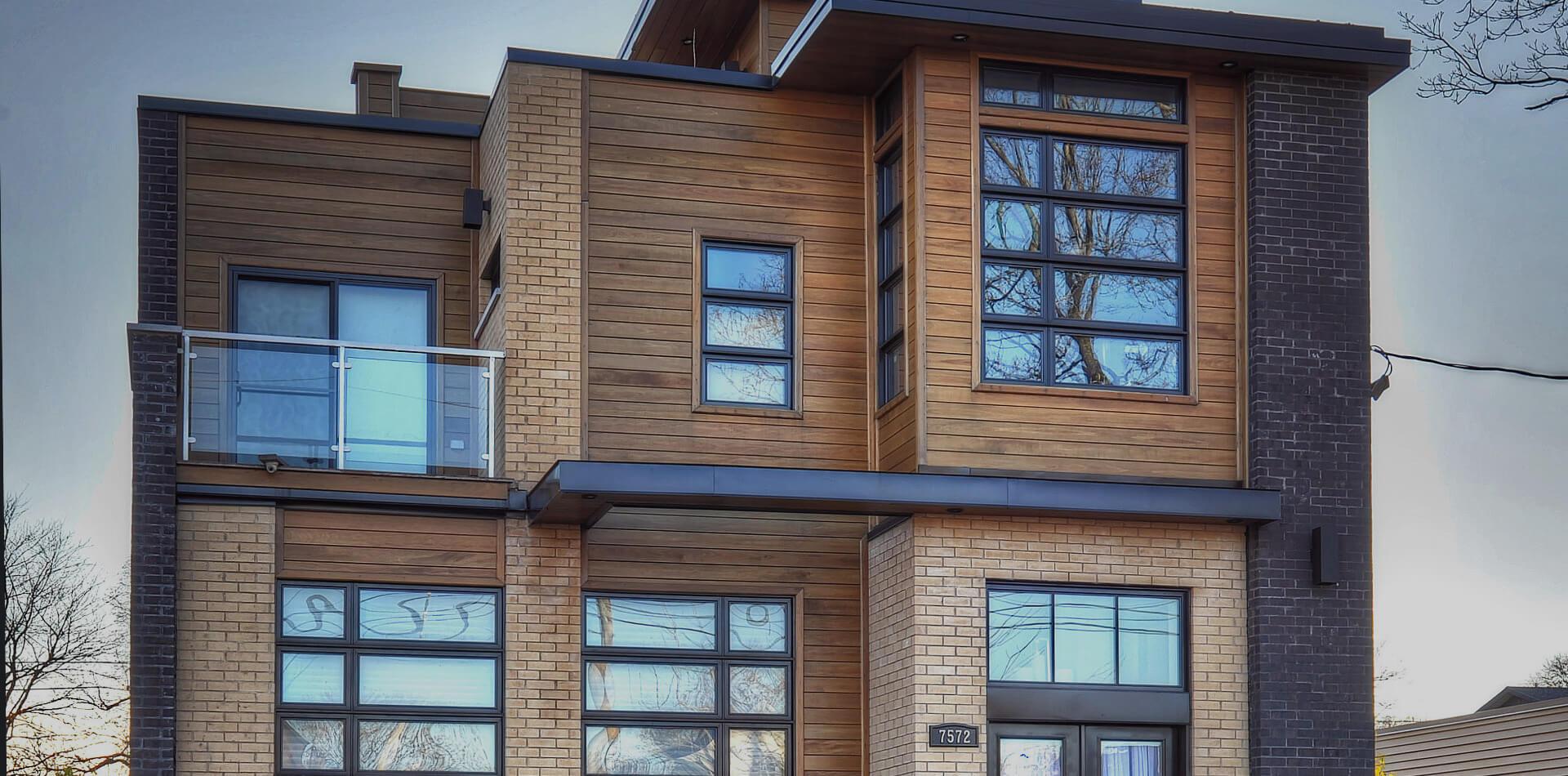 Façade de maison présentant plusieurs types de fenêtres