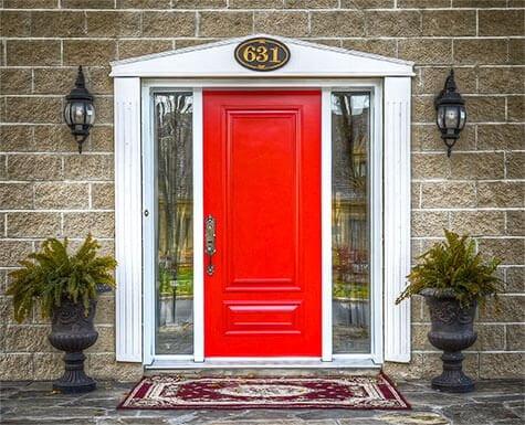 Photo d'une porte extérieure en acier rouge